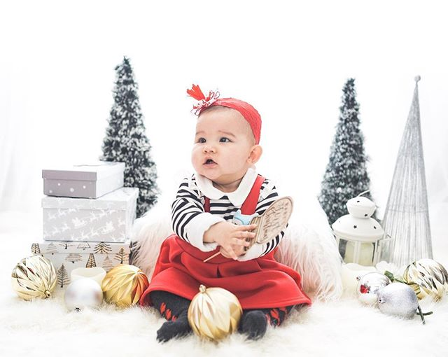 Baby Eliisa is wishing you a Merry Christmas ⭐️ Too soon? I don't think so! Final editing to send out the photos before Monday 😍Thanks @lovemedobabymaternity for hosting ❣