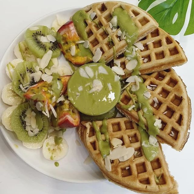 get your greens: the vegan waffles with creamy white chocolate + matcha sauce, served with fresh figs, kiwis, bananas + sliced almonds from @comptoir_veggie 🌿 those that know me know that among my strengths, cooking + baking are not to be counted, hence my sincere passion for exploring veg cafés + sharing the love!  today we have my favorite café + tea salon in paris, near bastille, serving up savory buddha bowls, the tastiest + most inventive toast toppings, and the best carrot cake + chi tea in town! proudly woman owned + operated! if you're around town, pop in + eat your greens, my friends! 🌿😋💚🥗 ⠀⠀⠀⠀⠀⠀⠀⠀⠀ #paris #vegan #cafes #waffles #eco #bio #fresh #organic #local #homemade #sustainable #healthy #vegan #buddhabowl #dessert #plantbased #plantpowered #vegansofig #vegancafe #healthyeats #veganfoodshare #veganlife #vegansofig #whatveganseat #greenliving #slowliving #farmtotable #yum #support #smallbusiness