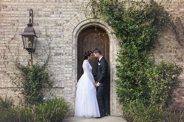 Wrightsville Manor has so many beautiful backdrops but this one is always my favorite. . #wrightsvillemanor #enchanting #brideandgroom #archeddoorway #wilmingtonnc #wilmingtonweddings #love #wedding #ivyfordays