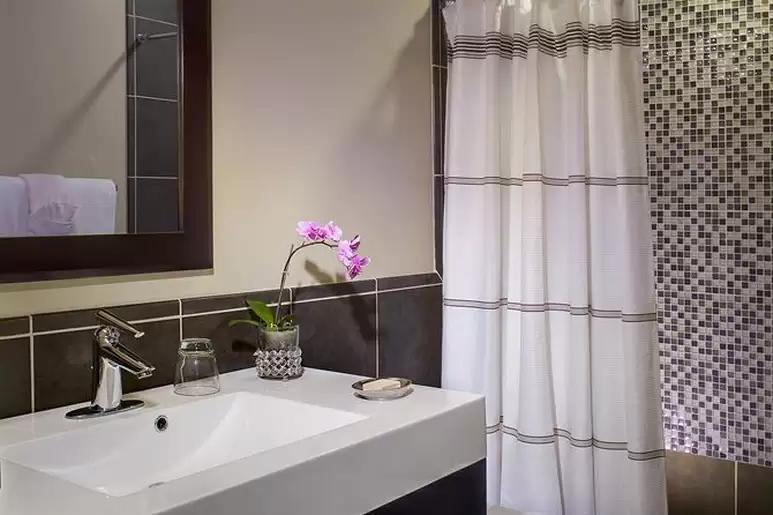 desert-hot-springs-yoga-retreat-resort-bathroom-2.png
