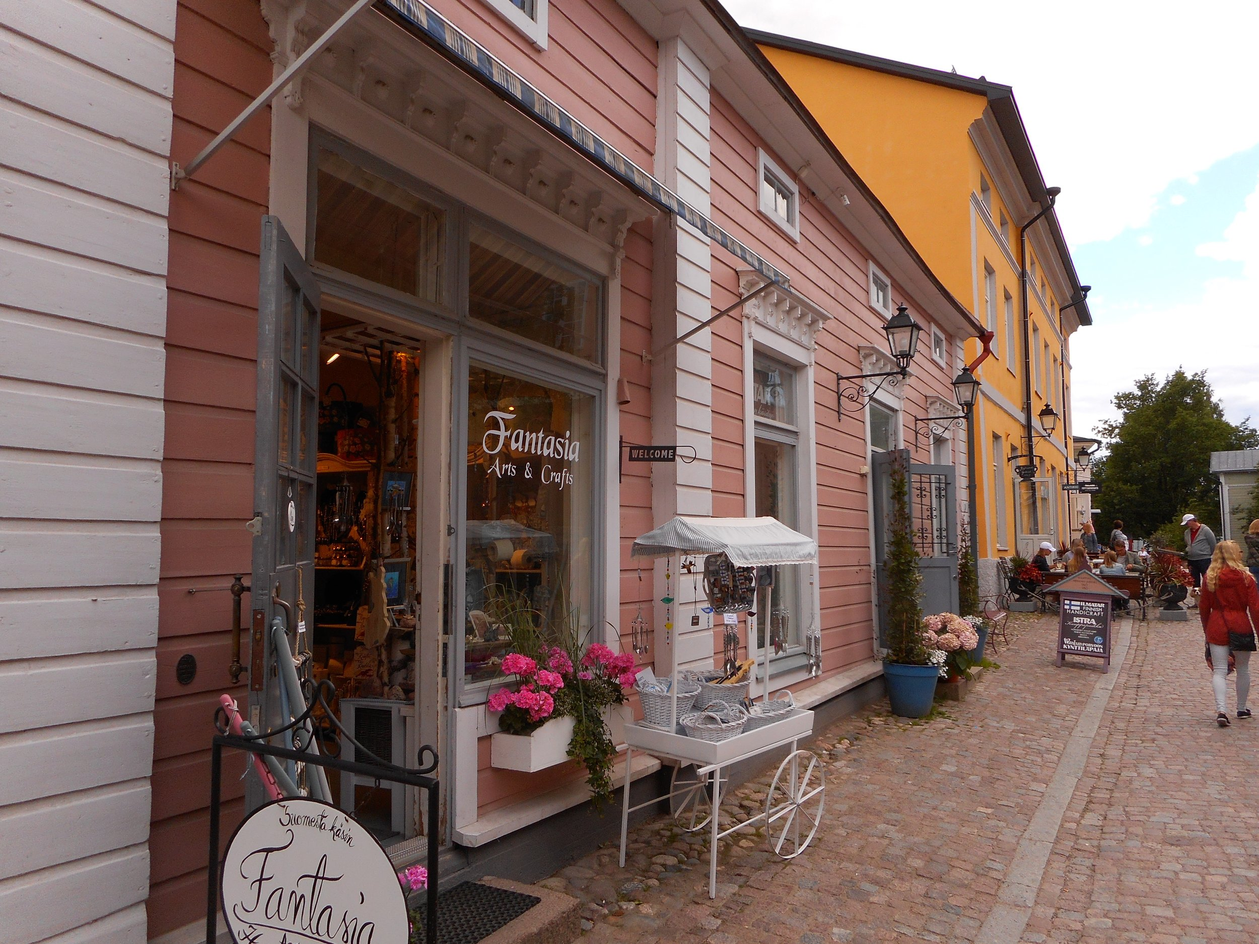 Pink house in Porvoo guided walking trip