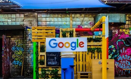 彩色涂鸦墙与谷歌标志