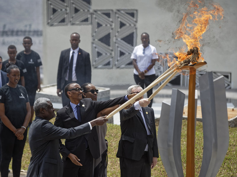 President Kagame lighting the flame on rememberence.