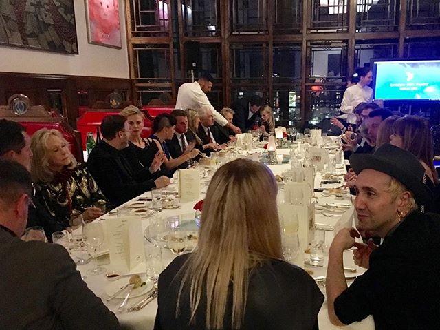 #cinemaforpeace Dinner mit @charlizeafrica , #DanielEllsberg, #ArthurCohn, @nastassja.kinski , @janjosefliefers , @anna.loos @wearepussyriot, #FayeDunaway #cinemaforpeace2019 #berlin