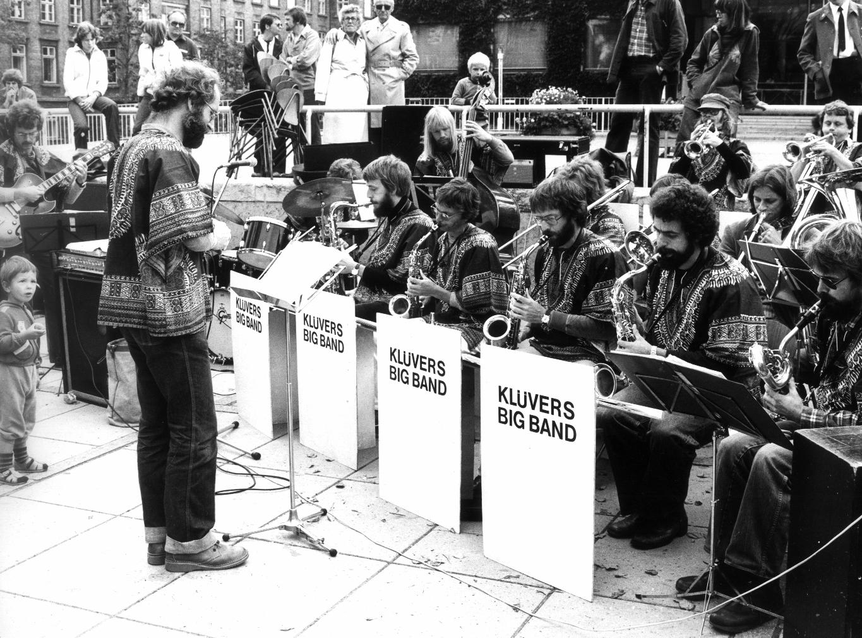 Aarhus Jazz Orchestra spiller på Rådhuspladsen i 1981 under Århus Festuge, dengang under navnet Klüvers Big Band. Foto: Knud Nielsen.