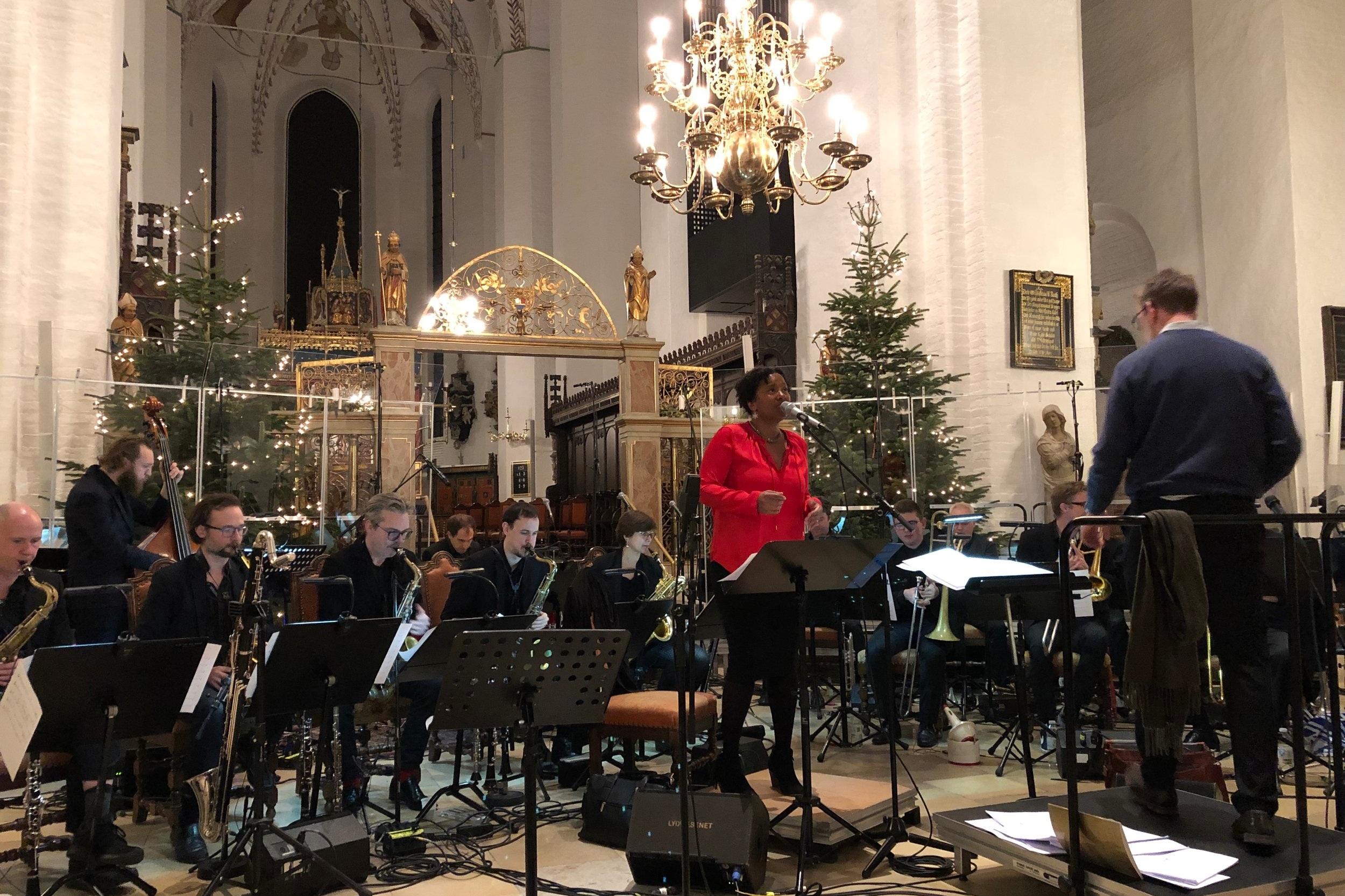 Aarhus Domkirke Julekoncert med Aarhus Jazz Orchestra, Indra Rios-Moore, Skt. Clemens Drengekor samt Clemens Knejterne. Anmeldelse Live.