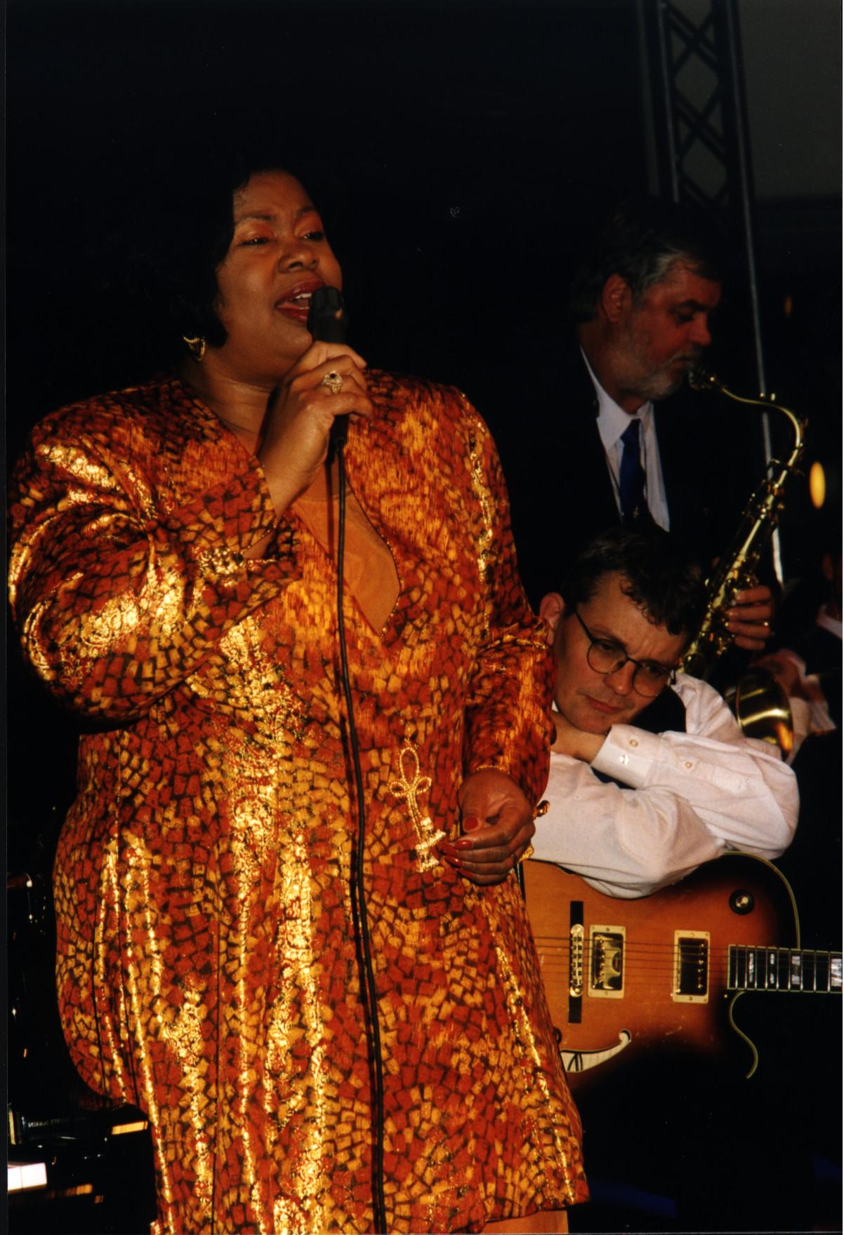 Sangerinden Deborah Brown blev en hyppig gæst hos Klüvers Big Band. Her ses hun i konstellation med Jesper Thilo, der huserer i baggrunden. Foto: Ukendt