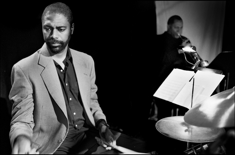 Trommeslageren, arrangøren og orkesterlederen Dennis Makrel har været en hyppig gæstesolist hos bandet igennem årene. Foto: Ukendt.