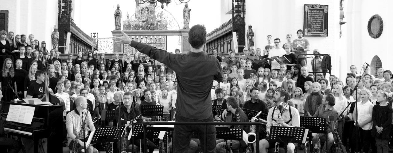 Kæmpekor i Aarhus Domkirke med Aarhus Jazz Orchestra og Sangkraft Aarhus og sangglade børn i alle aldre og på alle niveauer.  Pressefoto.