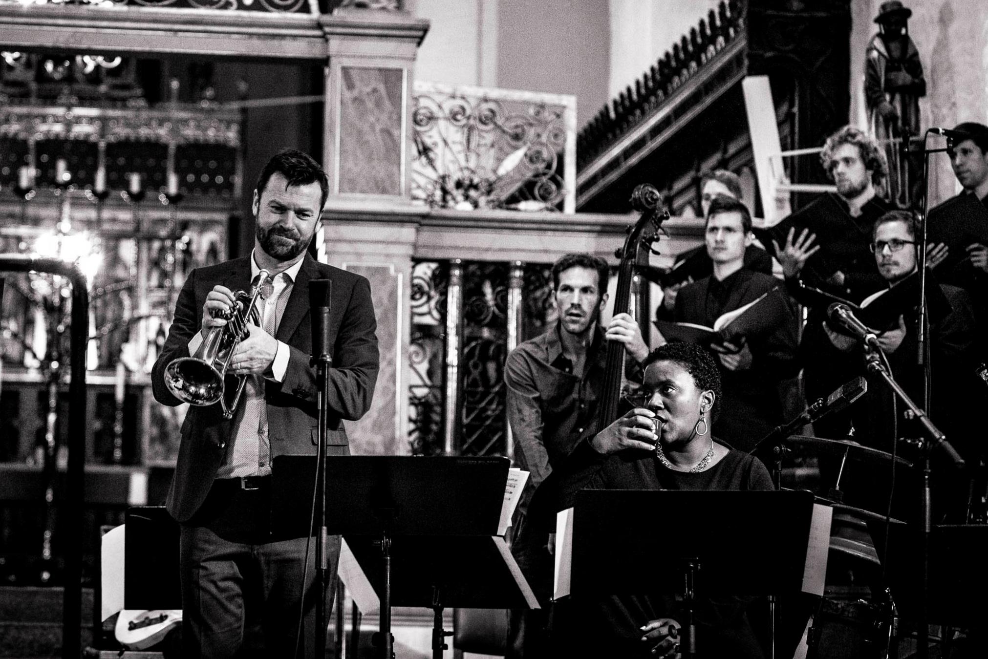 Jakob Buchanan (t.v.) blev hædret for sit værk Requiem med hele to priser ved DMA Jazz i 2016. Her ses han under fremførelsen af sit prisvindende værk i Aarhus Domkirke, flankeret af sangerinden og solsiten Indra Rios-Moor.
