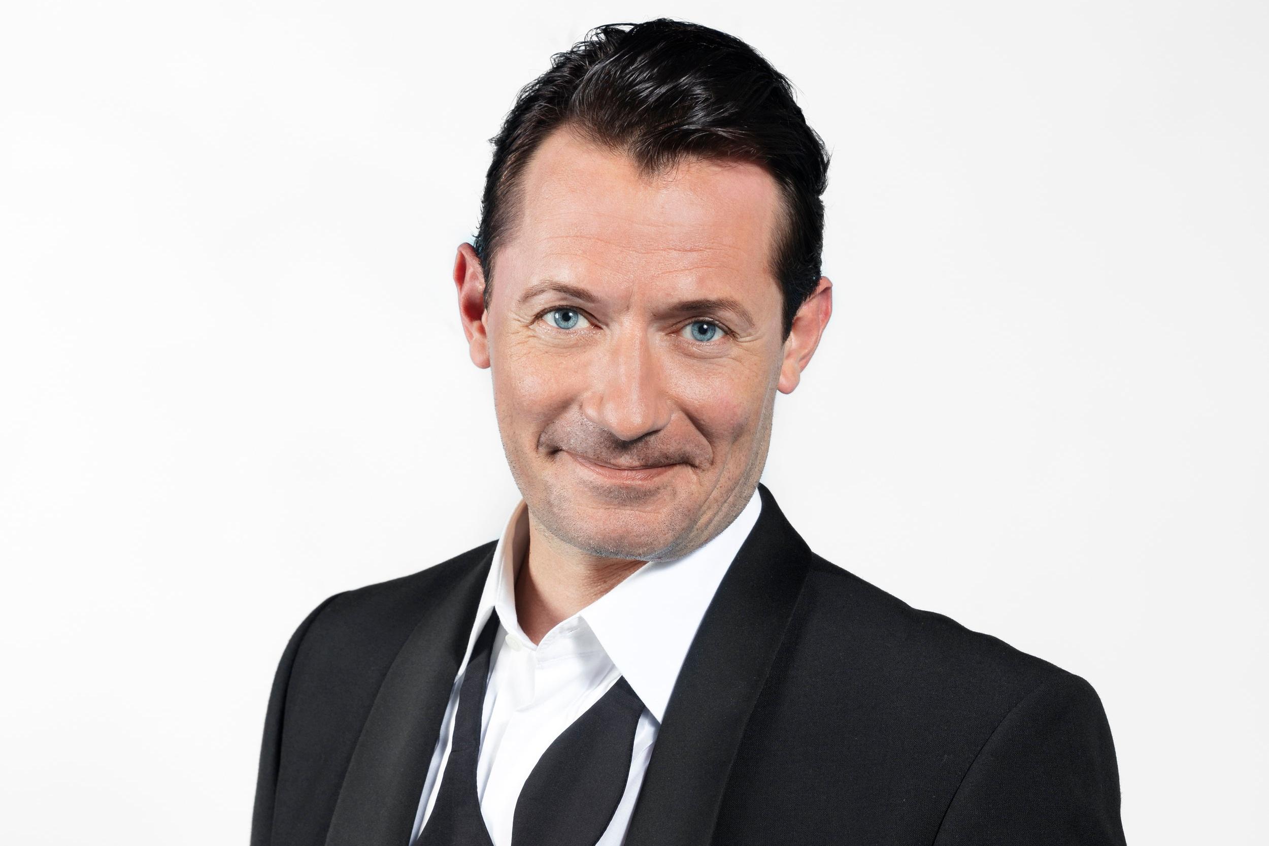 """Jens Jacob Tychsen - blandt andet kendt som """"Hr. Weyse"""" i Tv2's populære TV-serie Badehotellet. Pressefoto."""