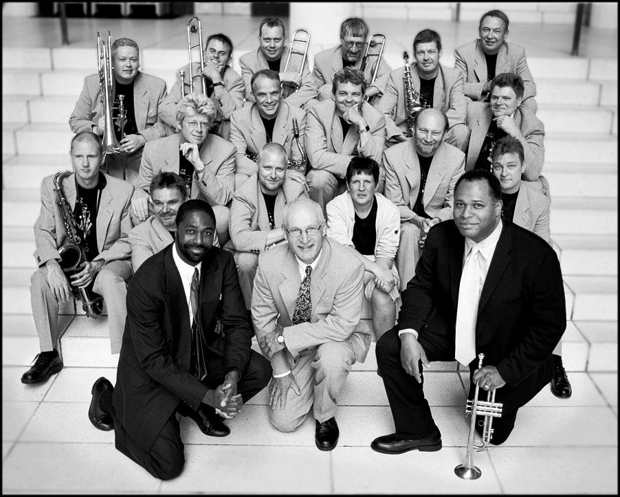 Holdet til Ridehuset Swinger 2000. I midten knæler Jens Klüver flankeret af årets to solister, Dennis Mackrel (t.v.) og Byron Stripling (t.h.). Koncerterne var en række hyldester til jubilaren Louis Armstrong.