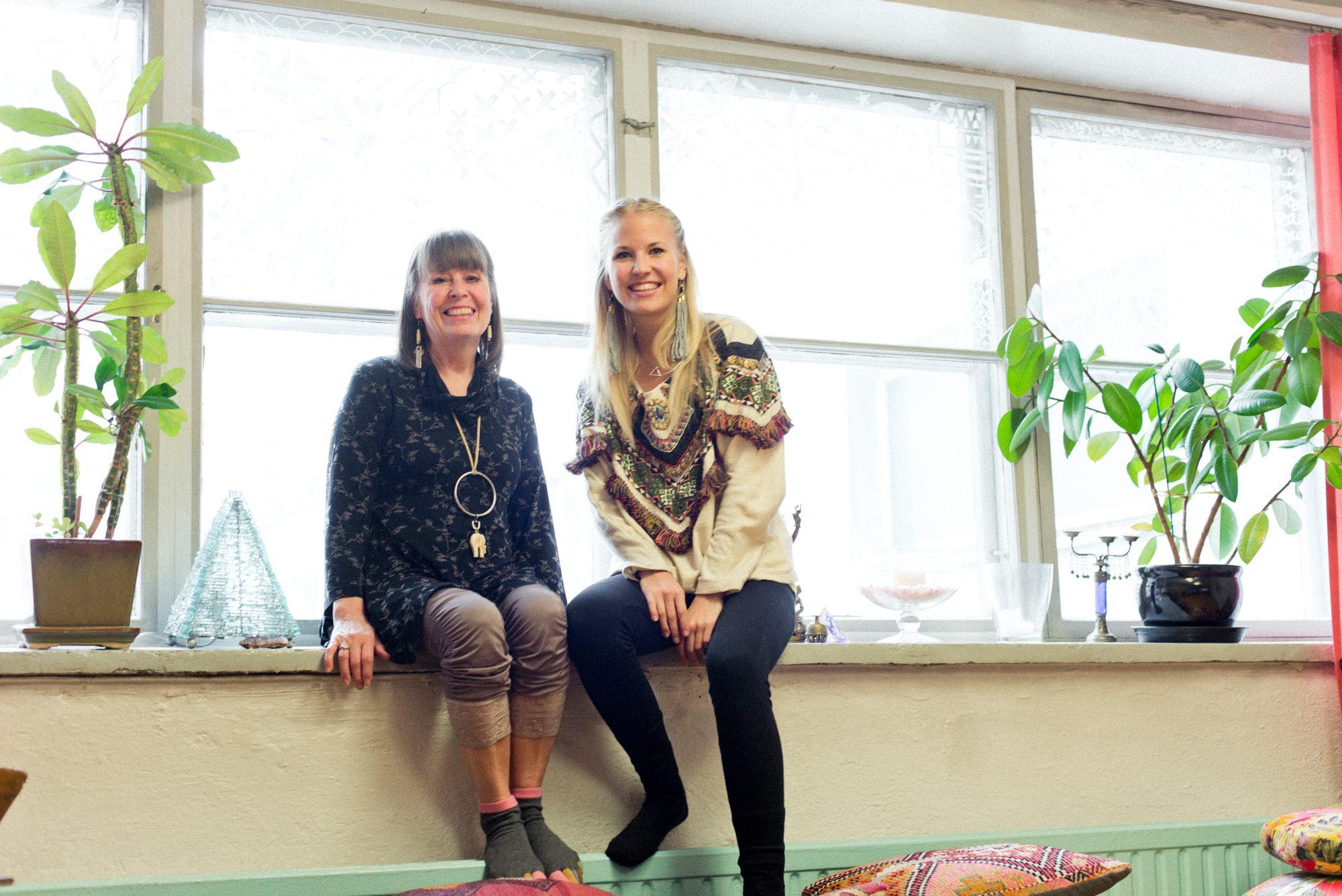 Pihasalin aiemmat omistajat Kirsi Piha-Timonen ja Hanna Ruax Pihasalin vanhassa toimitilassa Helsingin Kalevankadulla syyskuussa 2015. | Pihasali's previous owners Kirsi Piha-Timonen and Hanna Ruax at Pihasali's old premises in September 2015.