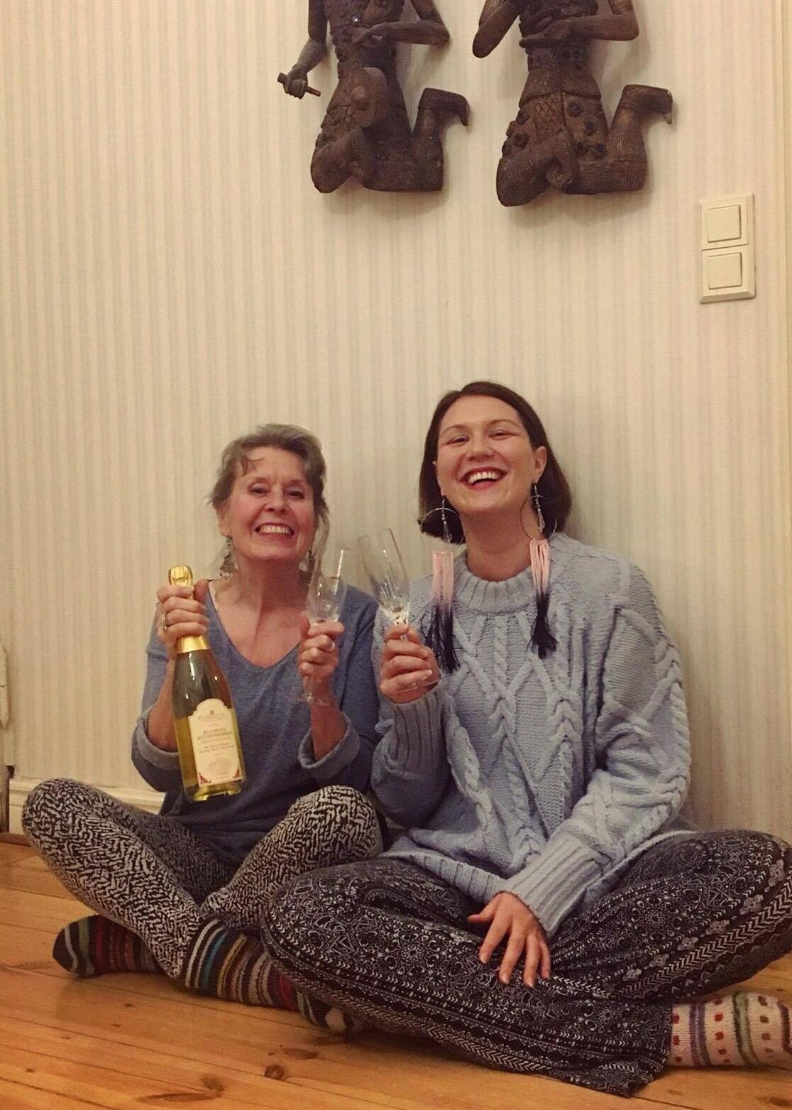 Kirsi Piha-Timonen ja Sanna Yrjänheikki juhlivat Pihasalin yrityskauppaa joulukuussa 2017.