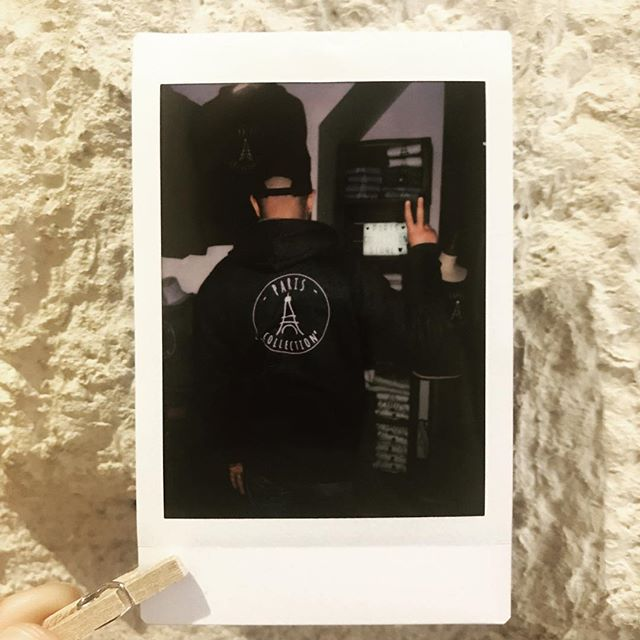 Fench style ✌🏽 • • • #photooftheday #photographer #parisienne #paris #style #men #boy #parisien #parisian #lovely #outfit #outfitoftheday #picoftheday #polaroid #fashionstyle #pariscollection #pariscollectionstore #nostress #work #tourist #discovertparis #time #eiffeltower #hoodie #shop