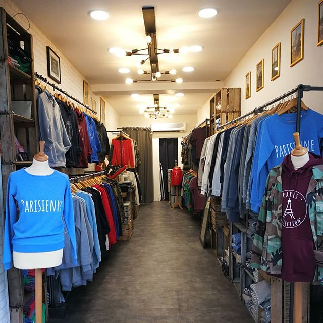 Le voici ! Notre magasin rue Steinkerque ! Mais rien de vaut une petite promenade pour le voir de vos propres yeux ! 😁  Our new store rue Steinkerque in Montmartre! 😁  #newshop #pariscollection #montmartre #clothes #vintage #cool #instamoment #sacrecoeur #paris #loveparis #parisien #parisienne