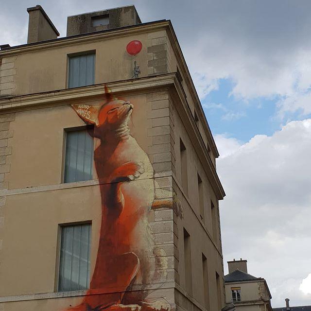 Lesgrandsvoisins#paris#lieuinsolite#friche# Boire un verre, chiner, jouer, s'inspirer, se rencontrer... une belle initiative en attendant le nouveau projet