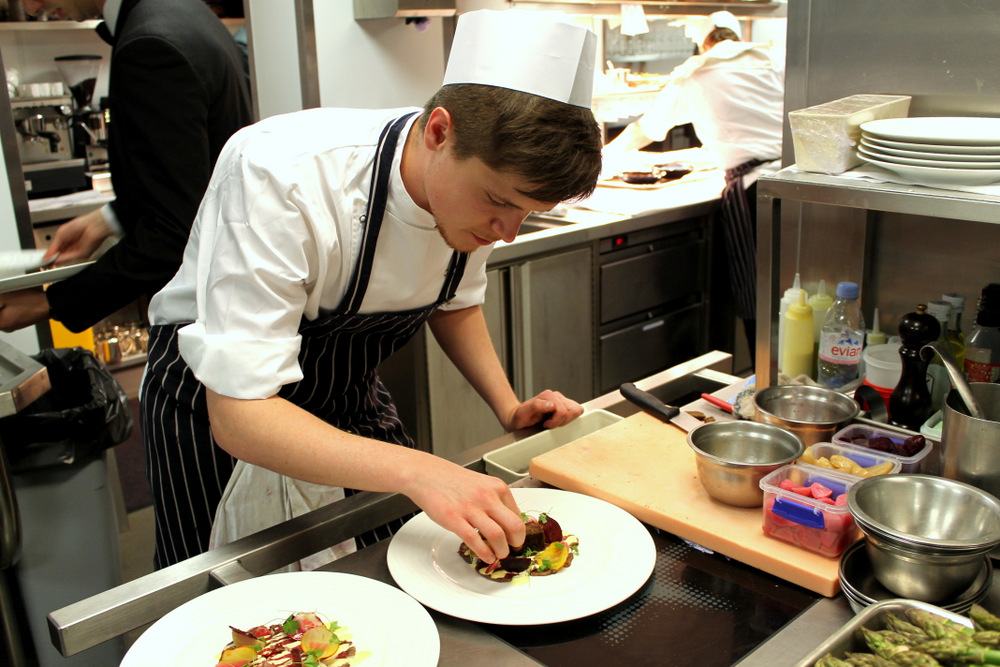 the stagiaire plating during service