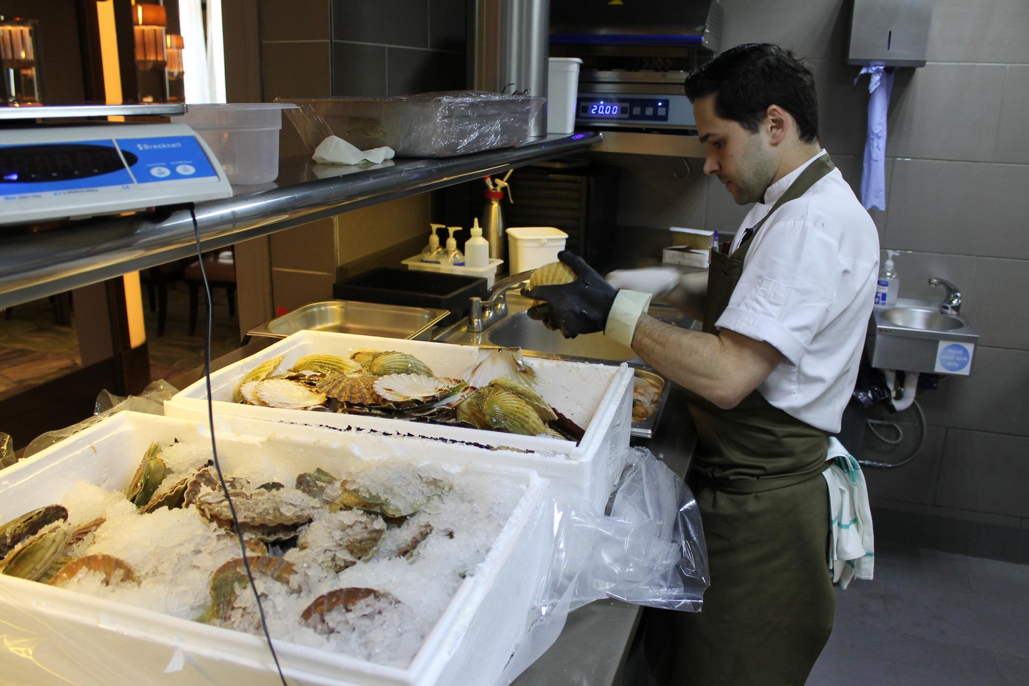 rafael shucking away with scallops
