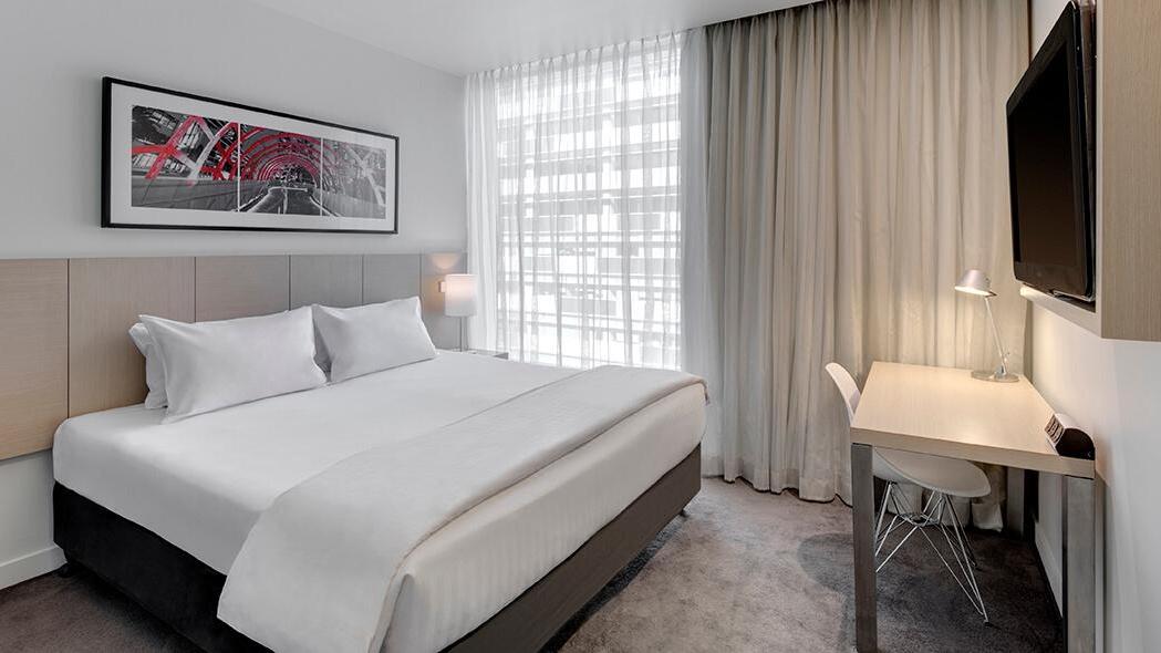 travelodge-hotel-docklands-melbourne-guest-room-king-01-2016.jpg