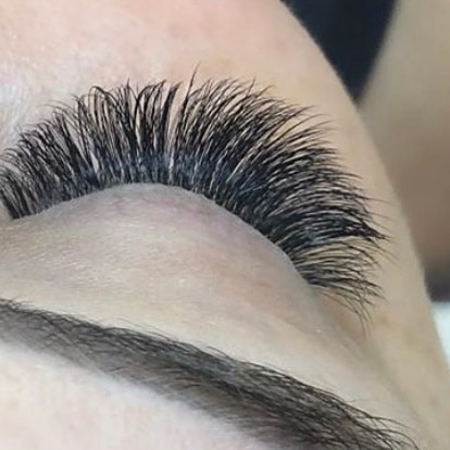 All this fluff 😍 . . Lashes by our @kyleerobrecht_esthetician on our @thehaileyk.