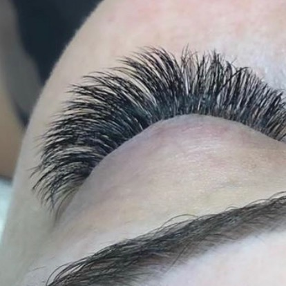 What a dream to wake up ready everyday! 🙌🏼 Lashes and brows make all the difference! . . This beautiful set is brought to you by our @kyleerobrecht_esthetician, on our gorgeous @thehaileyk. We also spy one year old microblading by our @chelseaweld_meraluma. 😜 . .
