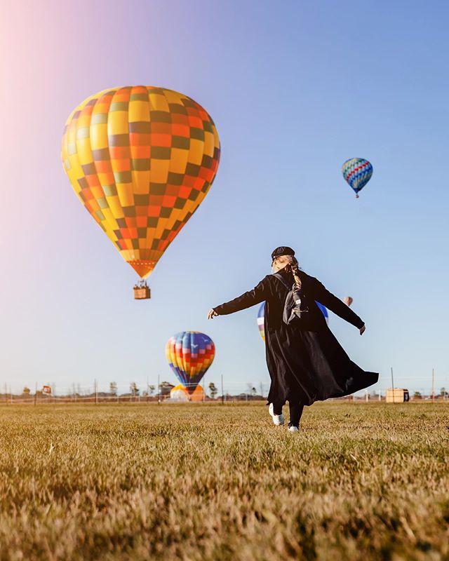 Hier, on s'est levés à 4h du matin pour se diriger vers Saint-Jean-sur-Richelieu pour expérimenter notre toute première envolée de montgolfières! Moi qui est SI PEUR des hauteurs, j'avoue avoir eu les jambes un-peu-beaucoup-molles au début du décollage mais rapidement j'ai été charmé par la magie de ces hot balloons dans le ciel. Un air de Turquie, dans notre pays. Btw, le festival continue jusqu'au 18 août si vous voulez assister à ce spectacle grandiose! #invitationmedia