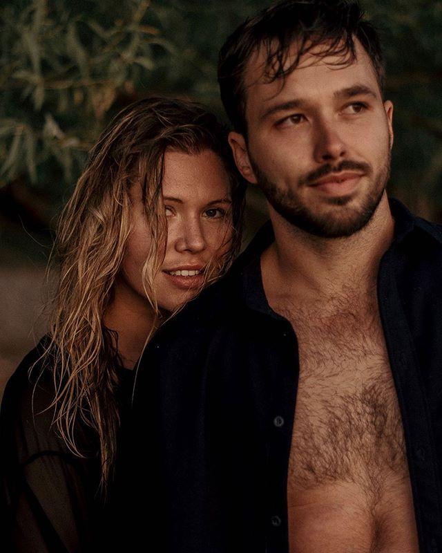 Série II de notre shooting avec @valiegb - Quand on se croyait dans un épisode de Lost. C'était fou, on avait la plage à nous seuls, le sunset explosait devant nous et on a décidé d'aller jouer dans l'eau. Ces photos sont mes préférées à vie. En amour avec ce petit wet look non voulu... ✨