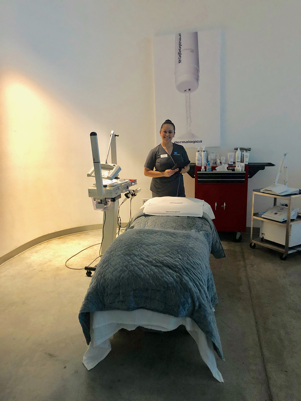 Daniela Rivera, Dermalogica Advanced Instructor, ready to perform the Digital Detox Treatment.