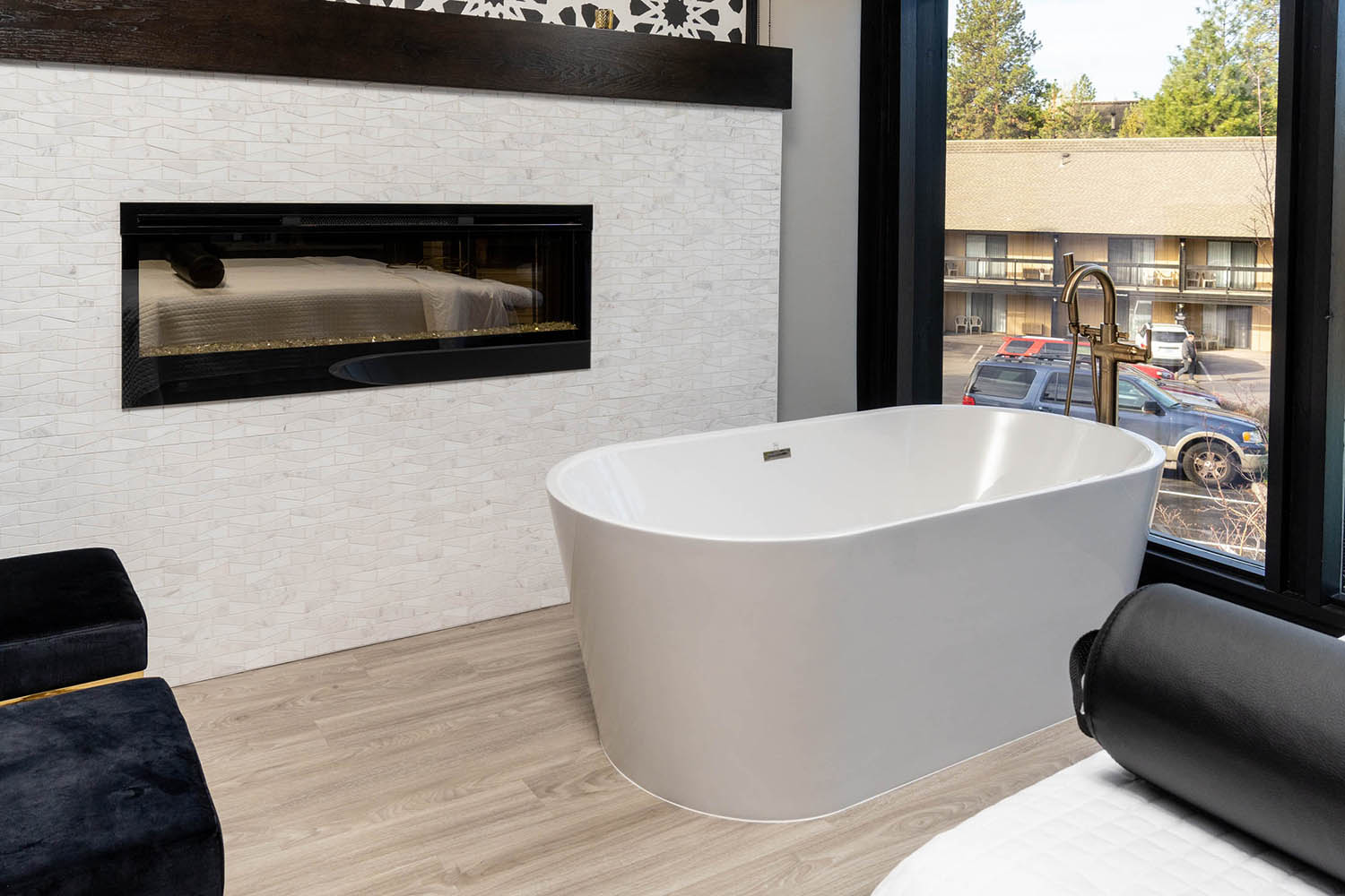 A tub and fireplace in the couples room.