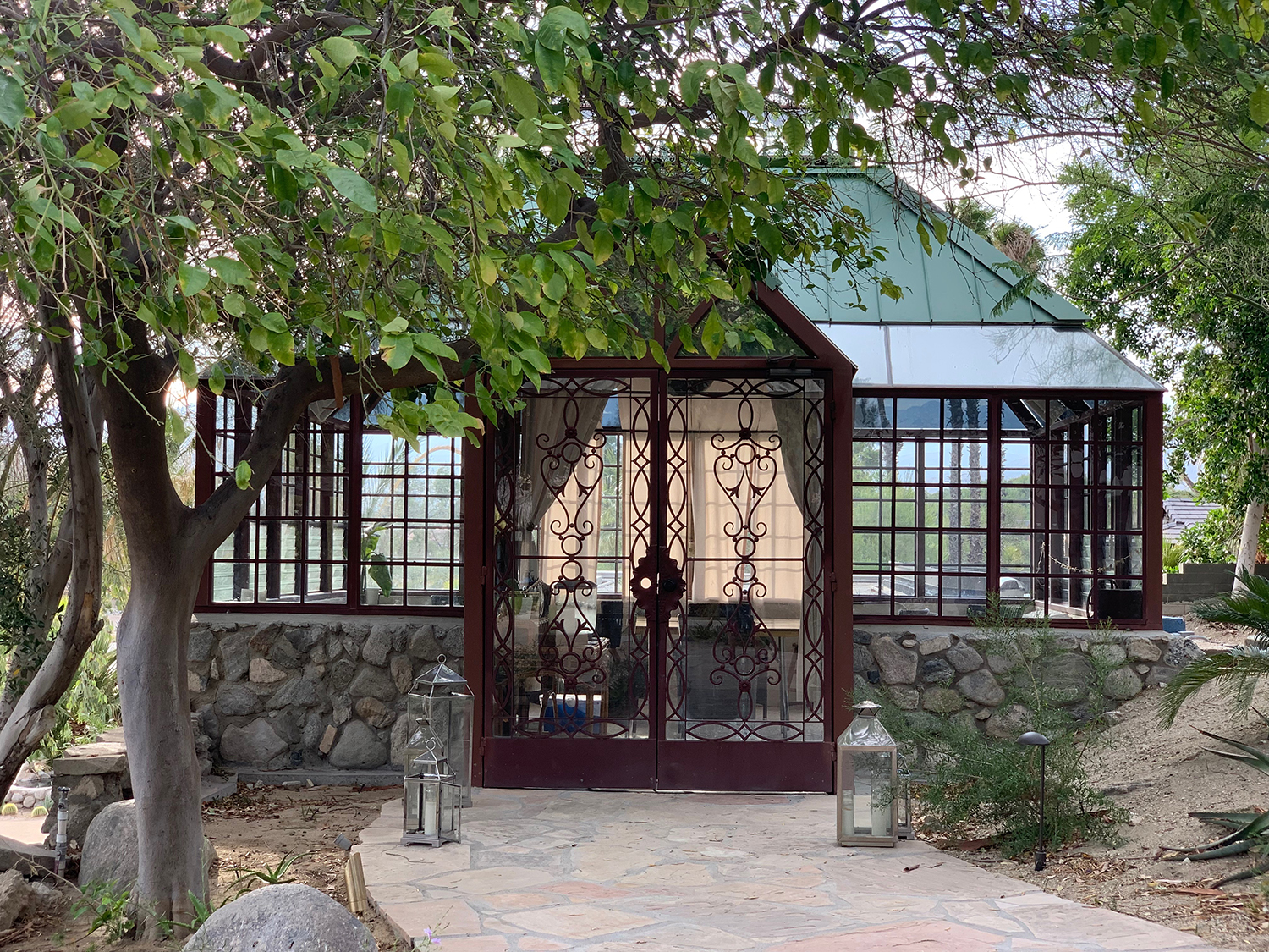 Free daily art classes are offered at the Glass House.