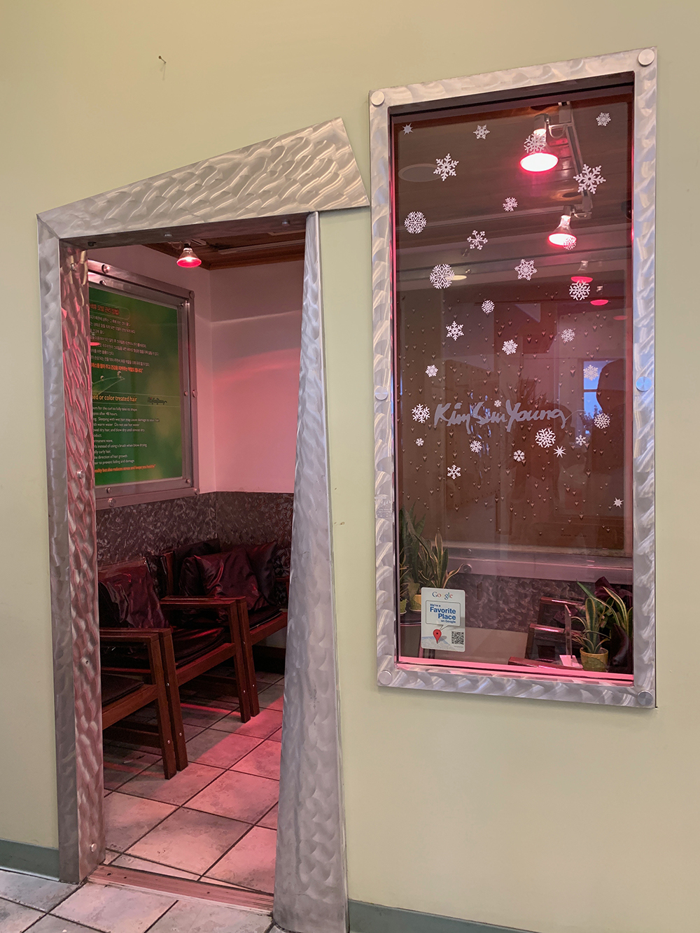 The salon has a relaxation area with special lamps that allow hair treatments to better absorb.
