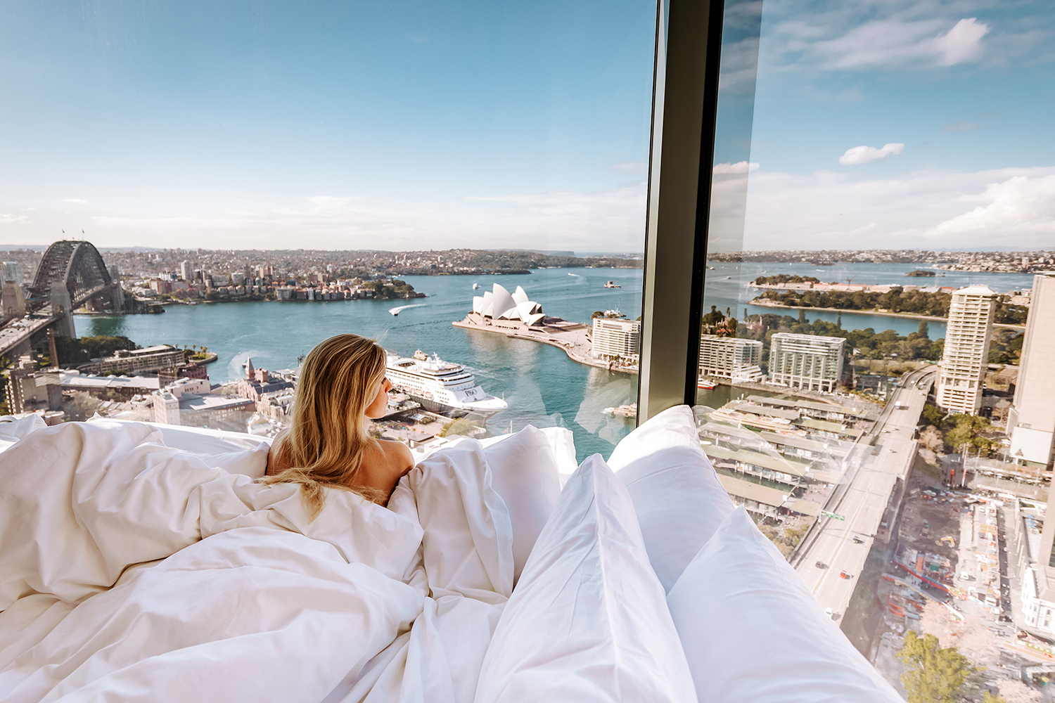 Positioned in the dress circle of Sydney Harbour, the panoramic views of Sydney Opera House and Sydney Harbour Bridge enhance the luxurious glamour of Sydney's destination hotel.