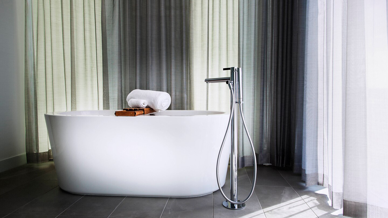 spa suite tub.jpg