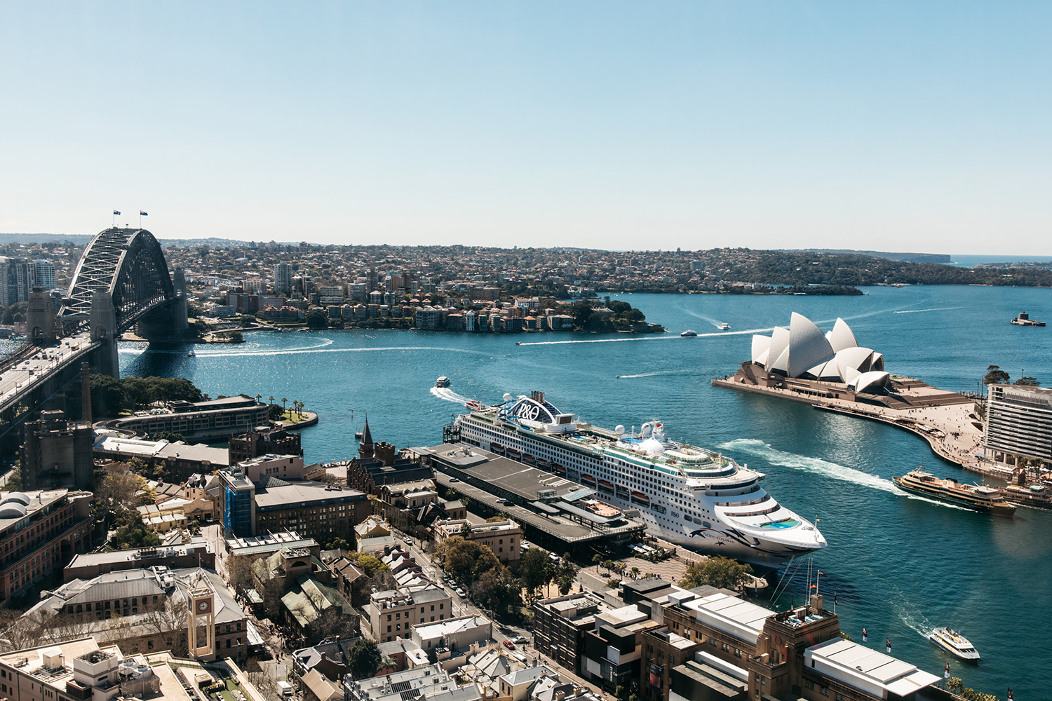 The panoramic views of Sydney Opera House and Sydney Harbour Bridge enhance the luxurious glamour of Sydney's destination hotel.