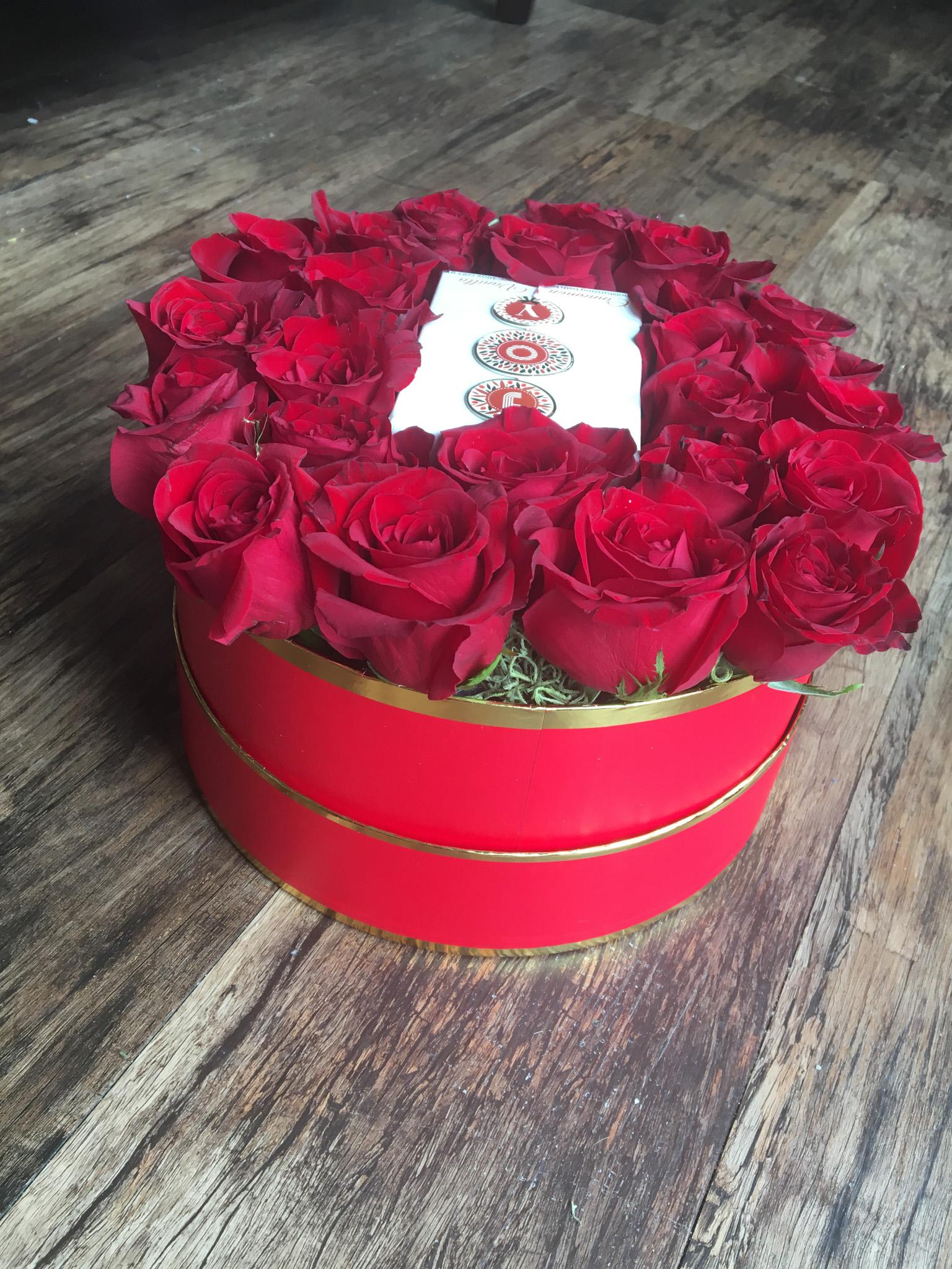 redroses_roundbox_gift1.jpg