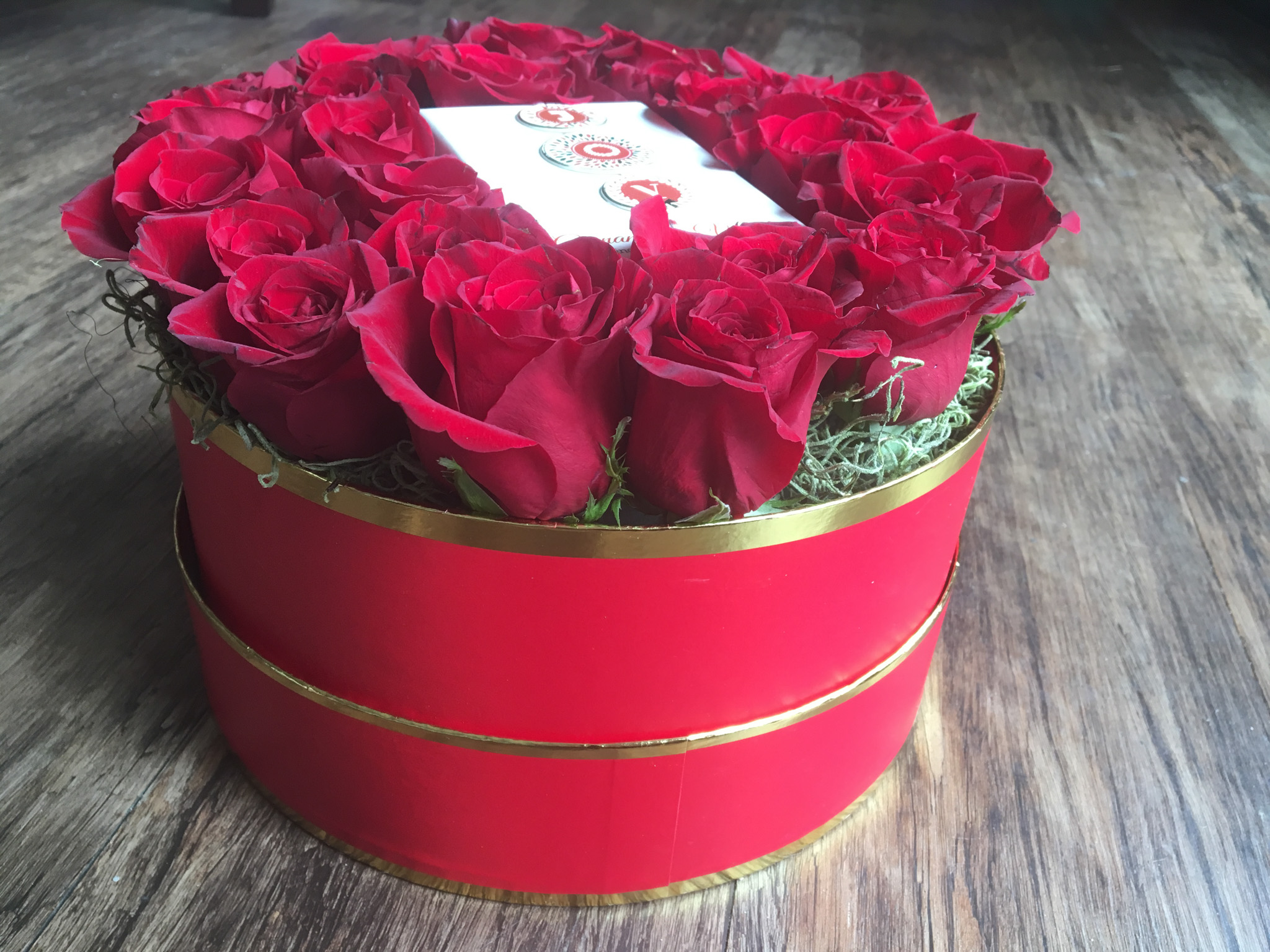 redroses_roundbox_gift2.jpg