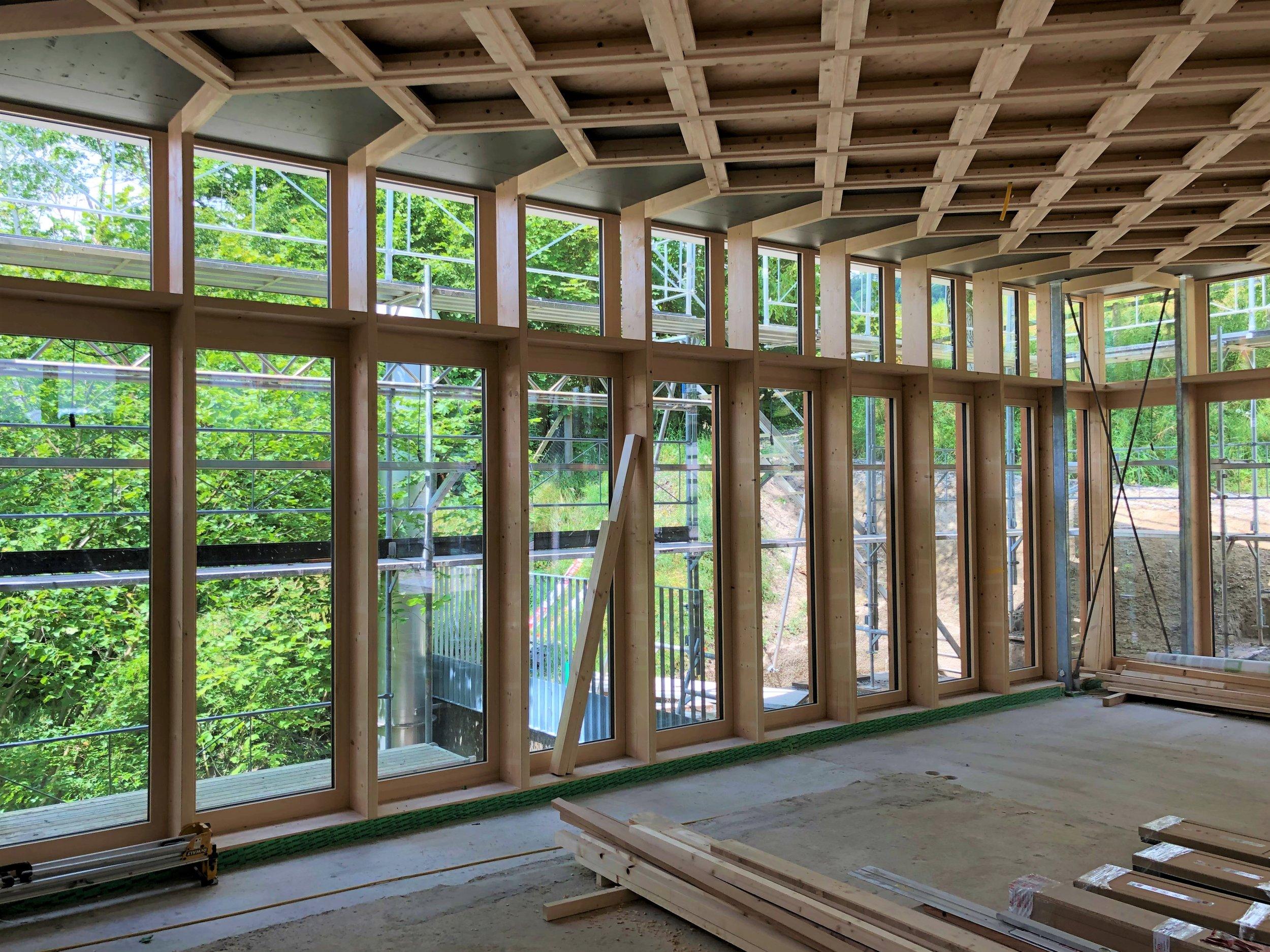 Pavillon Bauten - Alterszentrum Stein am Rhein. Die Pavillon Bauten werden hell sein und die Kasetten-Decken machen grosse Freude. Die Architektur kommt von Meyer Stegemann Architekten und Hunkeler Hürzeler Architekten. Wir dürfen den Holzbau und die Fenster-Fassaden planen.