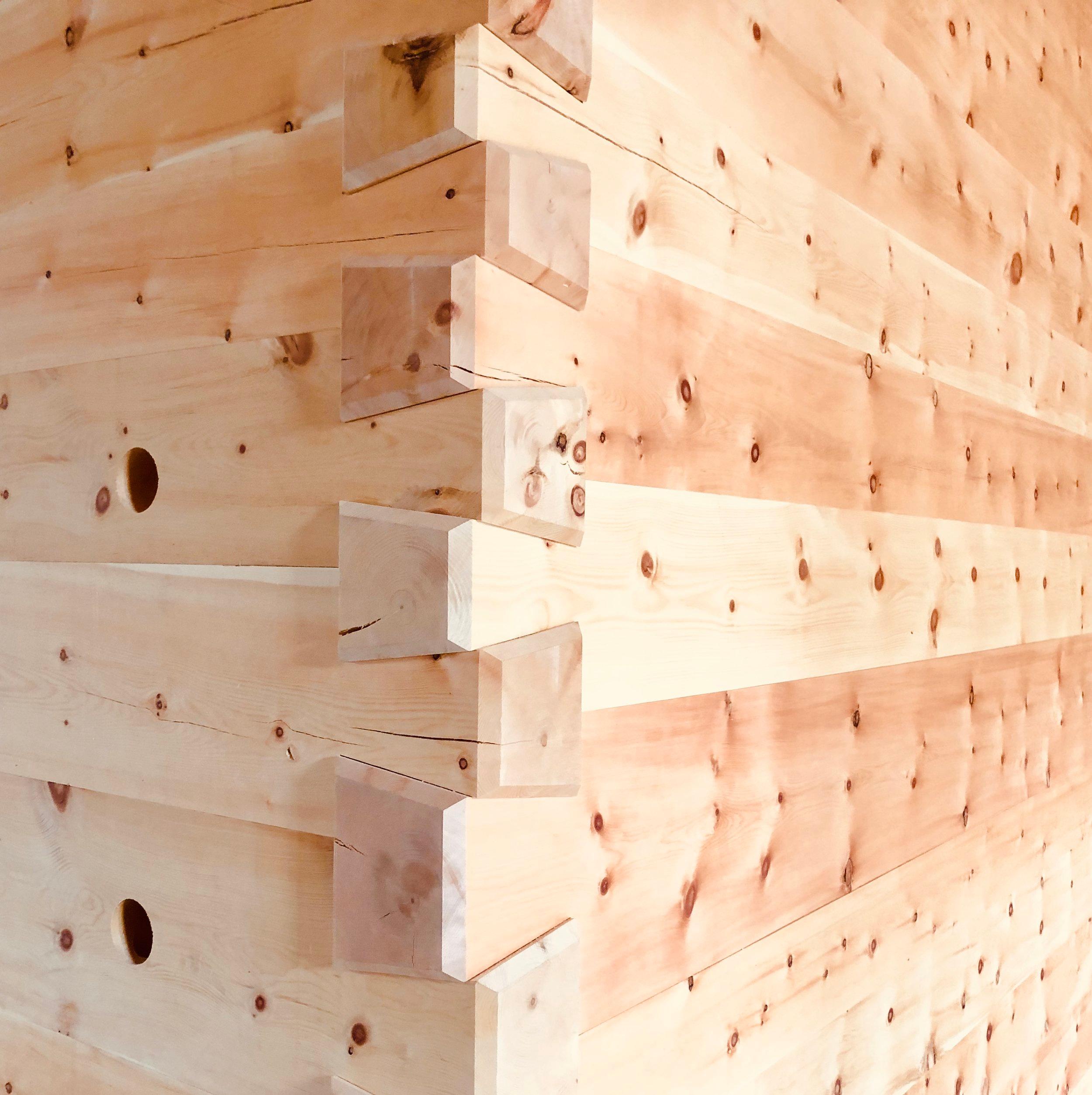 Doppelschale in Holz - Ein Projekt wo wir die Ingenieurarbeit und Werkplanung beisteuern durften. Es gehöhrte auch eine Protion Projektenticklung dazu. Hier ein Detailanschluss der Innenwand aus Arve. Es passt danke guter Planung, CNC-Produktion und den super Zimmerleuten!