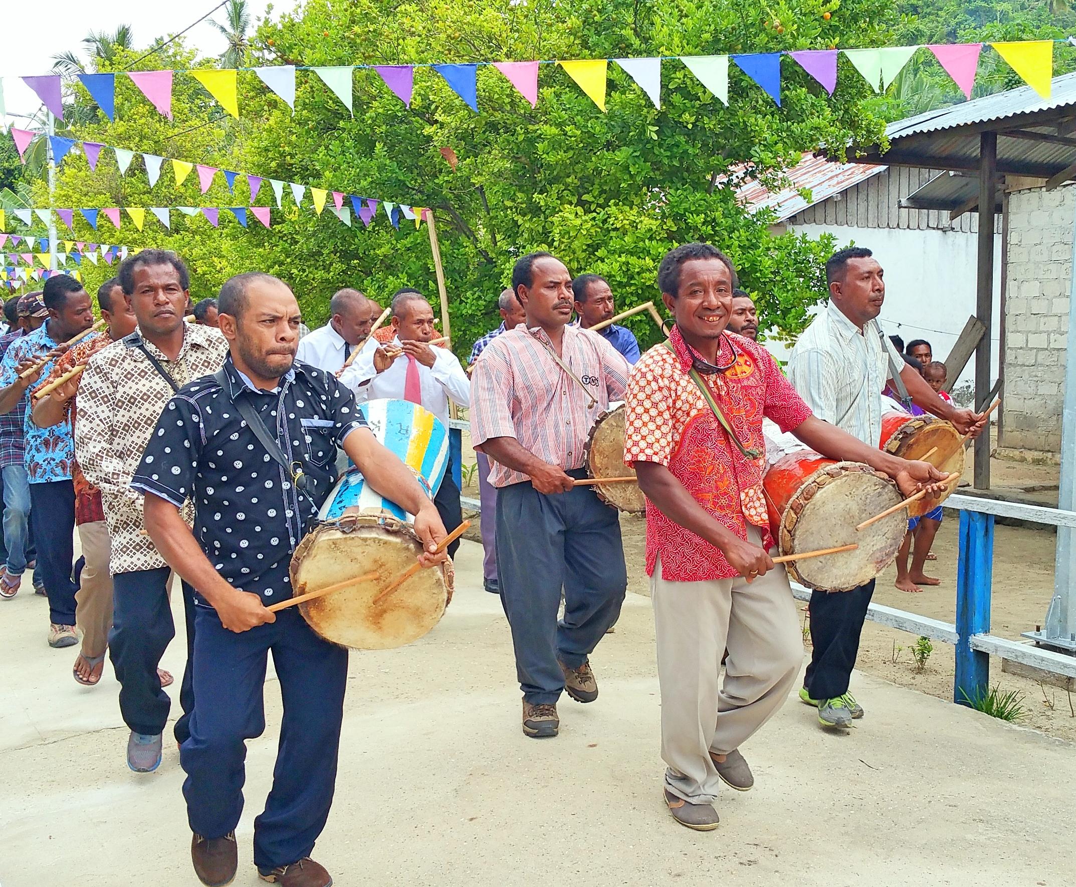 MahaRaja Eco Dive Lodge - Our Papuan friends love music