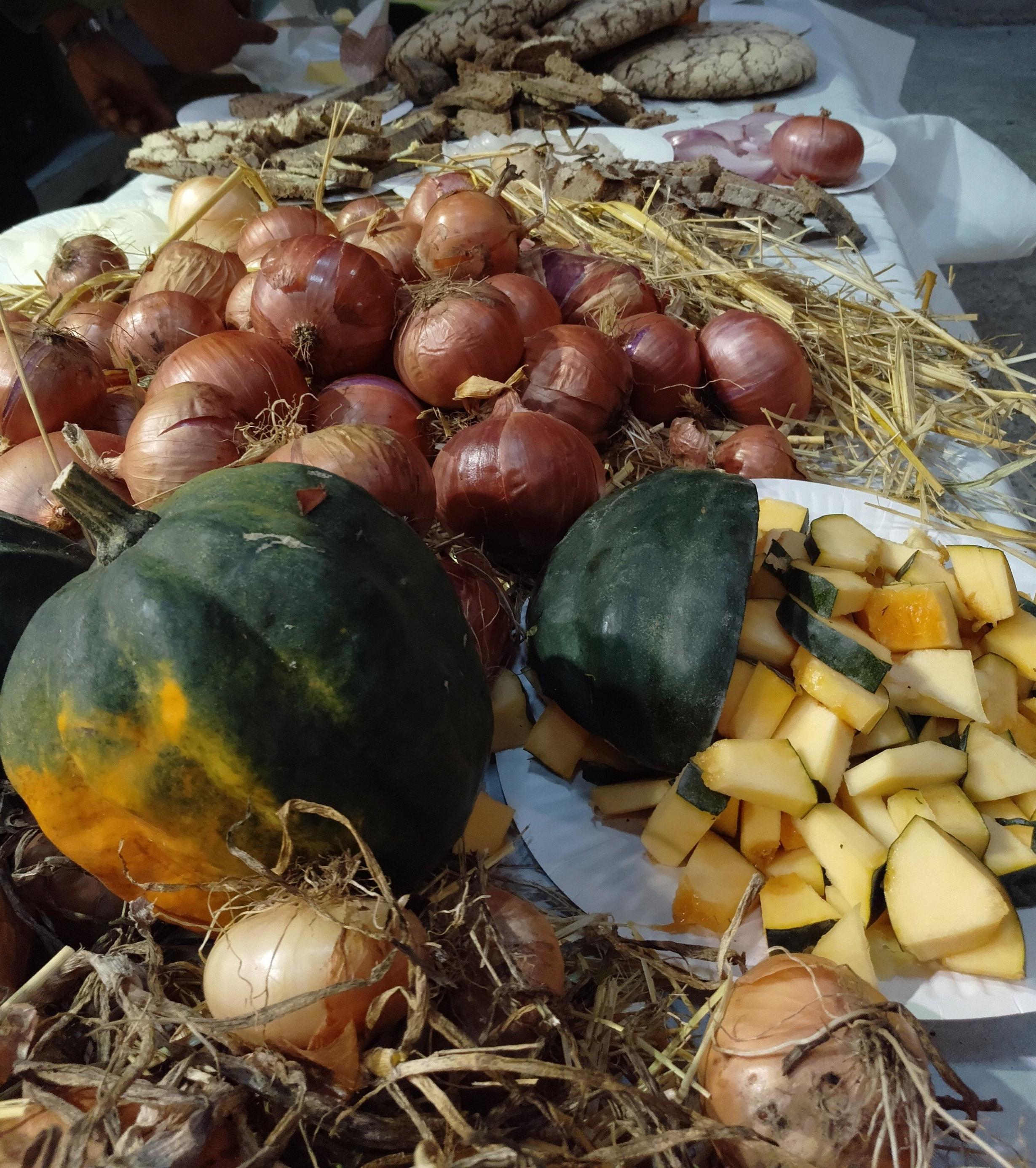 Dimanche 21 octobre, Eric est venu à la Marbrerie avec une vingtaine de variétés de tomates, des oignons doux, qu'il propose de croquer crus sur une fine tranche de pain beurré, du melon d'hiver à la chair blanche sucrée et de la courge Royal Acorn, coupée crue en petits dés. Un régal !