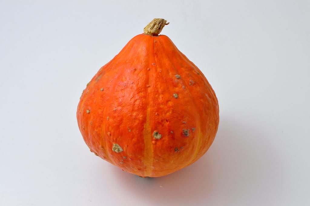 Le potimarron - en forme de grosse figue, a une écorce fine orange, rouge vif, rose ou verte, qui n'a pas besoin d'être pelée. Sa chair, légèrement sucrée et farineuse, a un goût prononcé de châtaigne. On peut en faire un crumble salé ou une glace automnale.