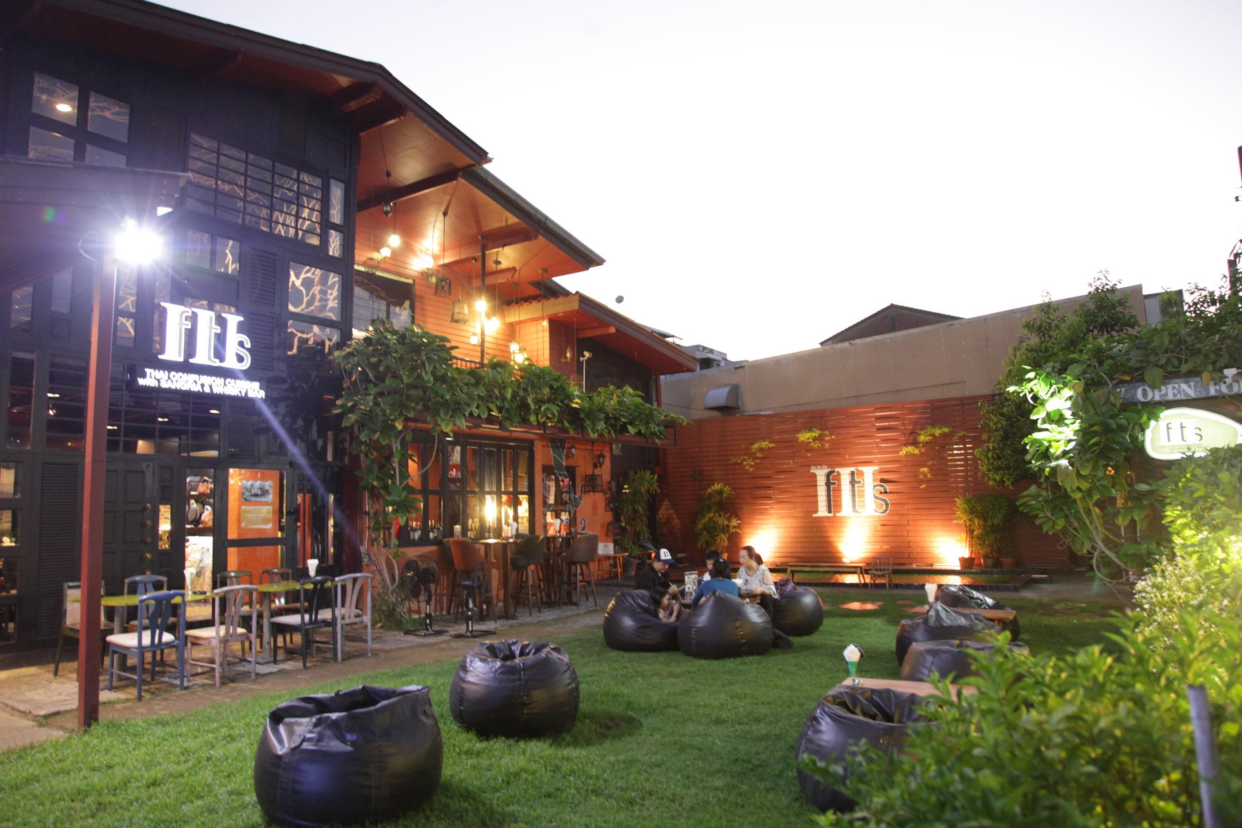 "Garden & Pool: - Garden & Pool:""สนามหญ้าและสระน้ํา"" สนามหญ้าสีเขียว ที่เชื้อเชิญให้คนรักสัตว์พาลูกๆ สุนัข แมว และสัตว์เลี้ยงมาวิ่งเล่น ifitis ทองหล่อ 23 จึงถือได้เป็น pet friendly restaurant นอกจากนี้ เหล่าคอเบียร์ก็สามารถมาจิบเบียร์ เพราะเป็นร้านนั่งชิว บรรยากาศดี ส่วนสระว่ายน้ํานี้ก็เป็นสถานที่จัด pool party หรือเล่นเกมสนุกๆได้ไม่จํากัด เพศและวัยเลย"