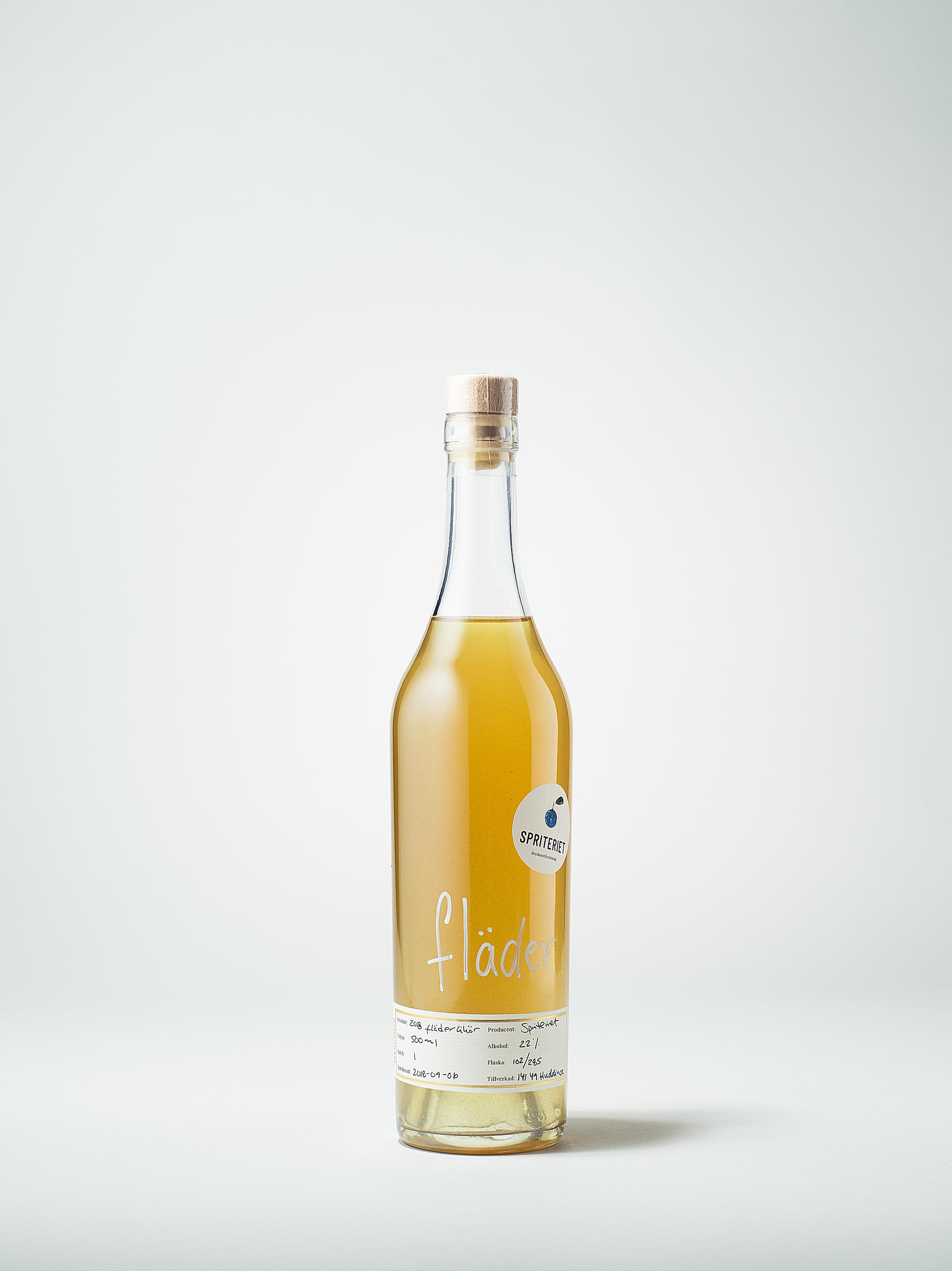 Fläderlikören  kommer i en flaska om 50 cl och har en alkoholhalt på 22%. Fläderblommorna är plockade i Ljungskile på västkusten och i Stockholm med omnejd. Flädern började säljas i september 2018 och innefattar 285 flaskor som buteljerades i augusti och september.