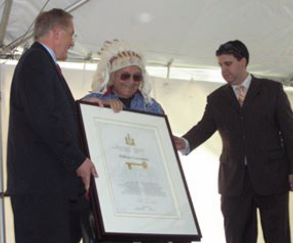 Grandfather Commanda receivesthe key to the City of Ottawa.