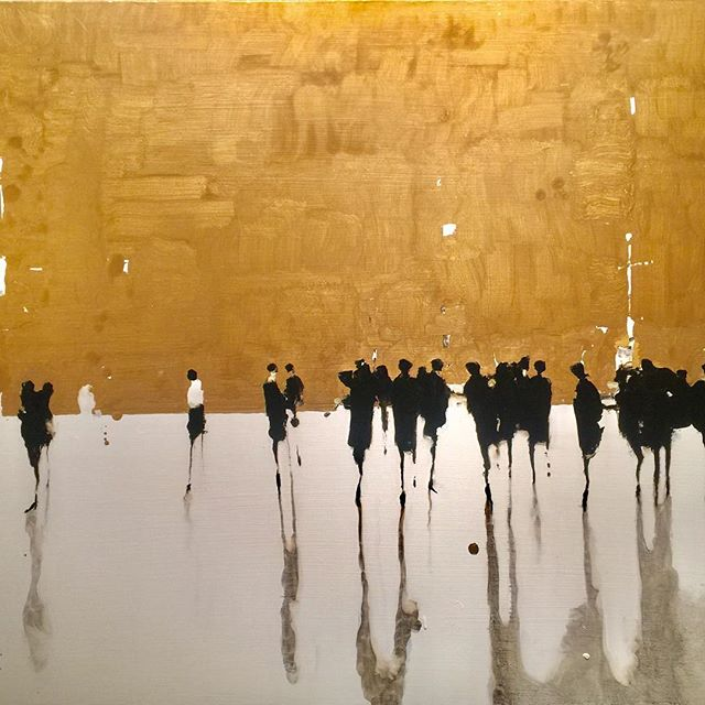 A gold painting for the holiday season! Gold with Line by Geoffrey Johnson @hubertgallery#geoffreyjohnsonart#gold#geoffreyjohnson#figures#newyorkgallery#art#paintings#decor#interiordesign#style#luxury