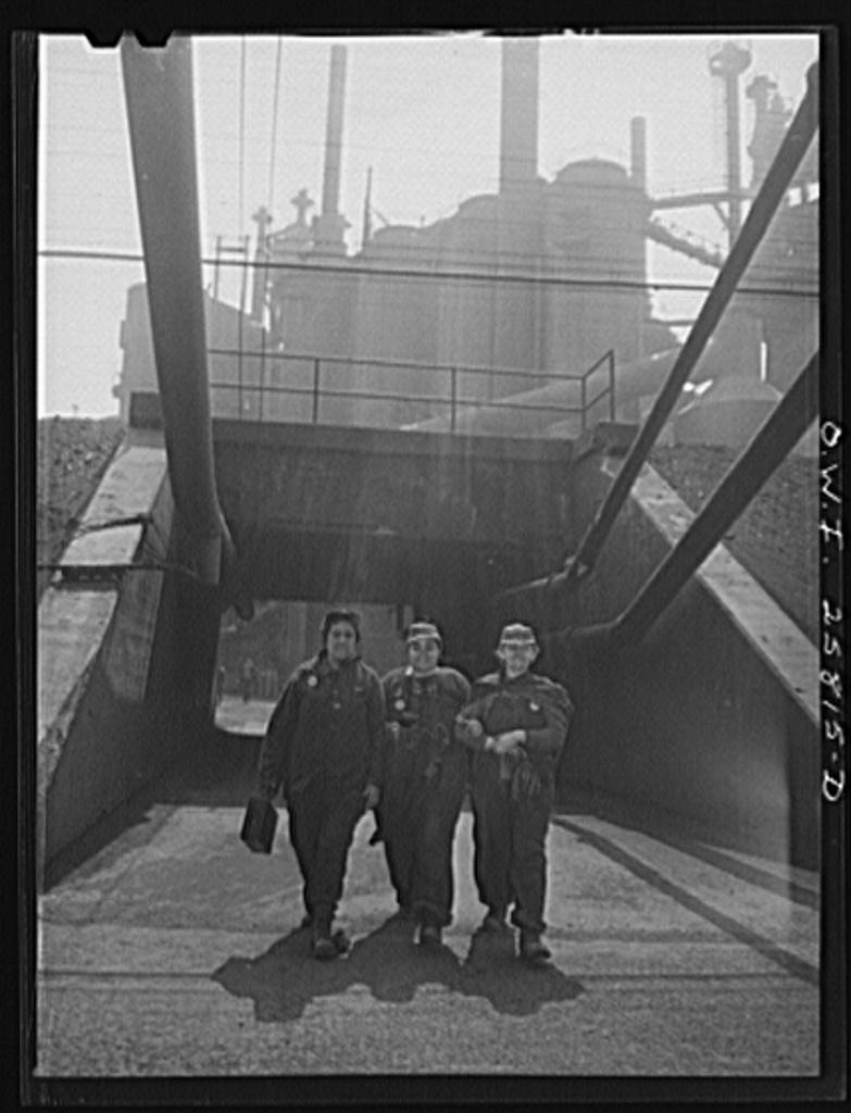 Women_workers_leaving_the_Republic_Steel_plant._8d17844v.jpg