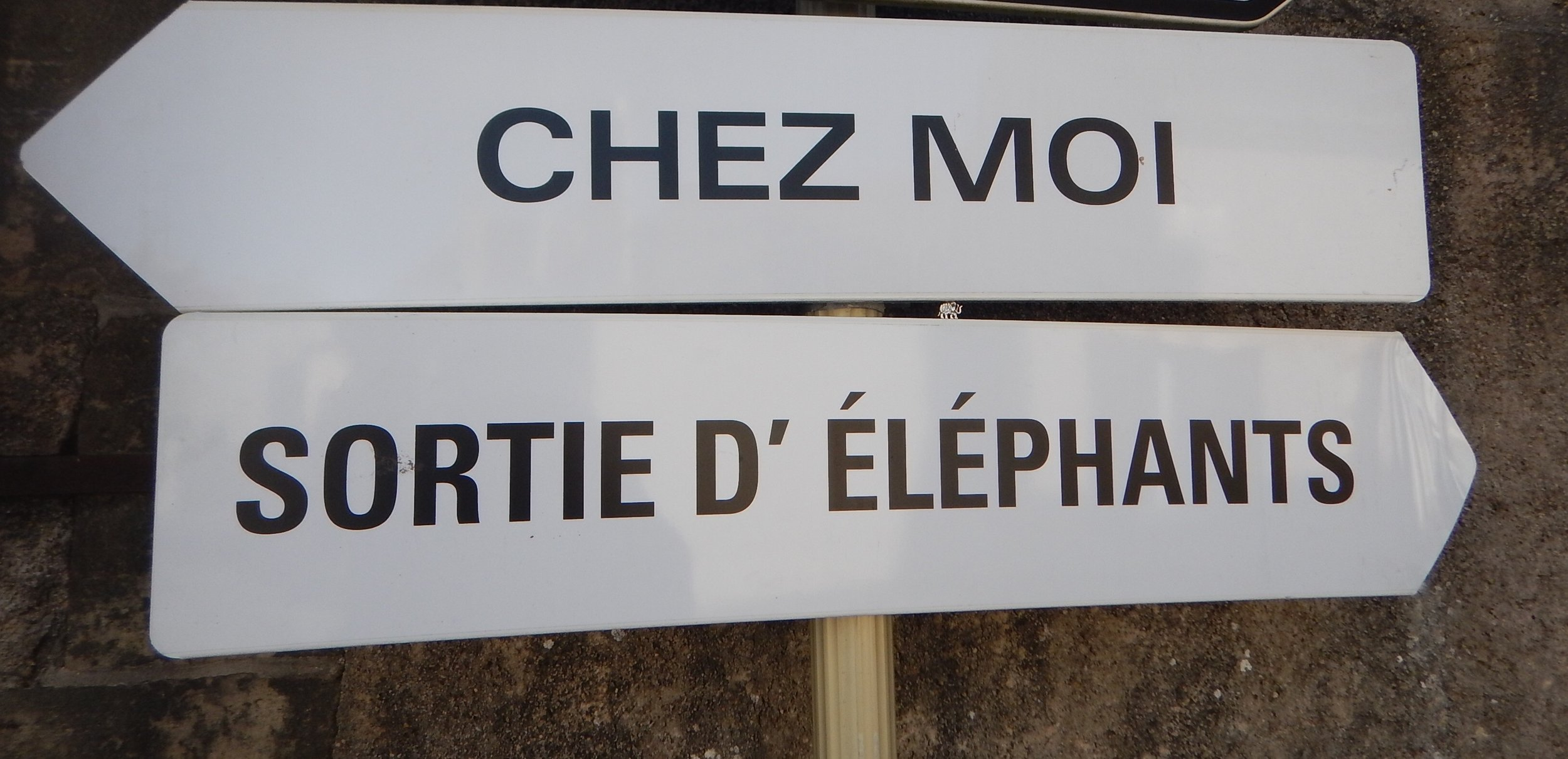 Can't help with the translation here, I had to stop to get this photo though for Bronwyn. Can you see her little elephant pin I placed on the sign??