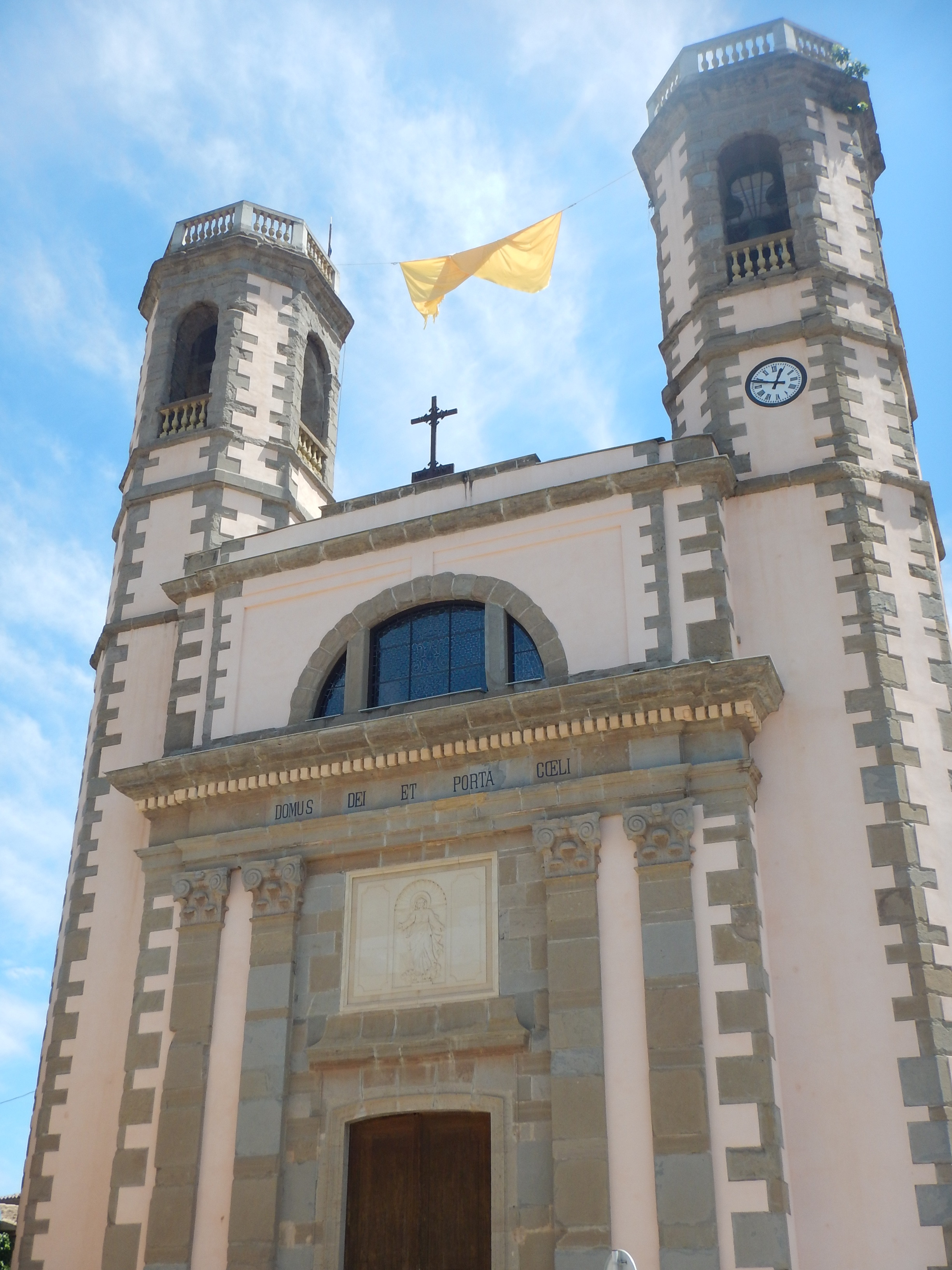 yellow flags and ribbons are everywhere in north east Spain, ie Catalan province. Even on this church.