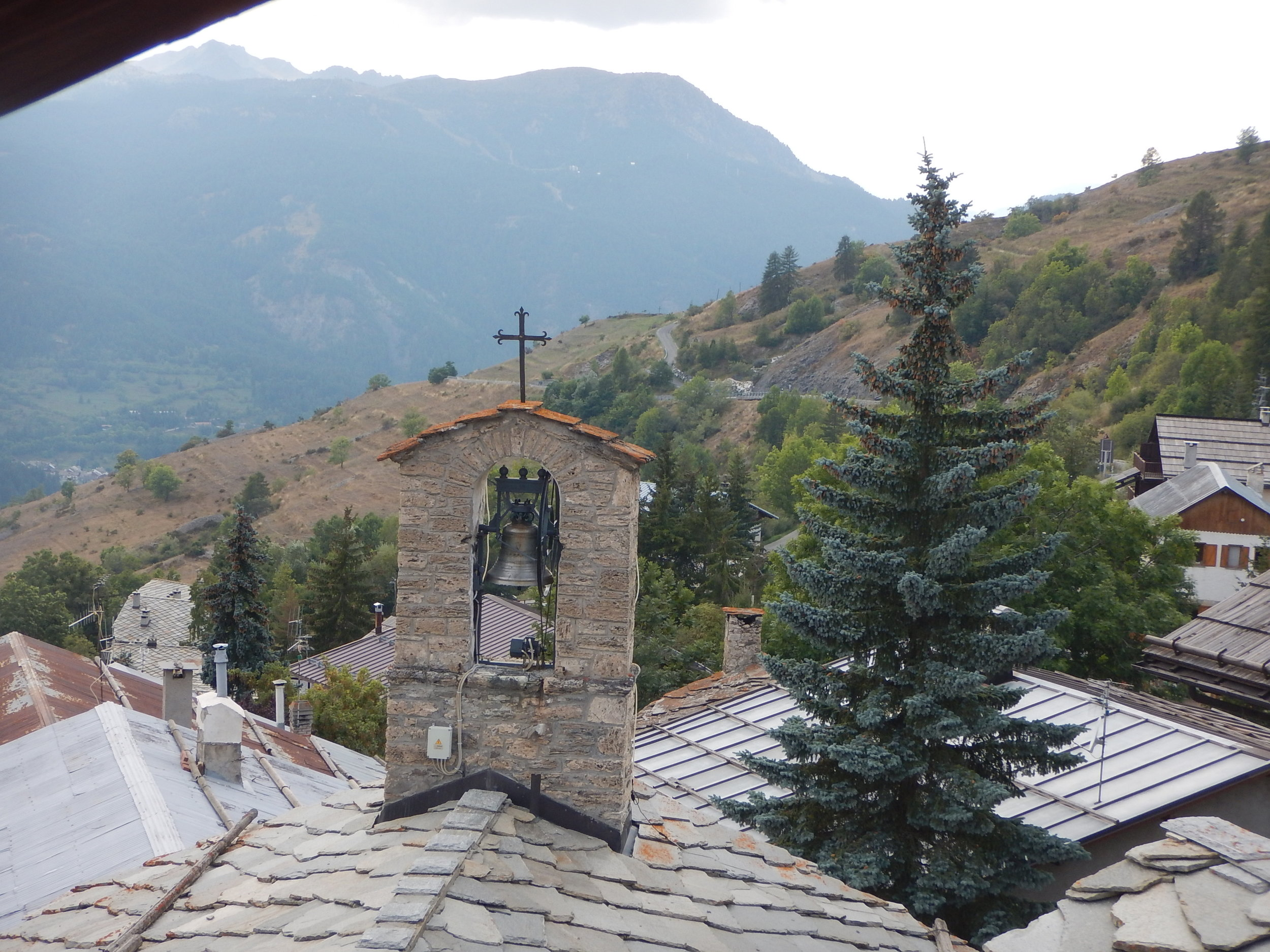 Bells ring on the hour and every 30 mins. Not as tuneful as the Camogli bells though.